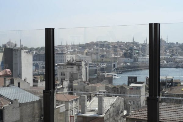 Vertical Guillotine Glass Screens